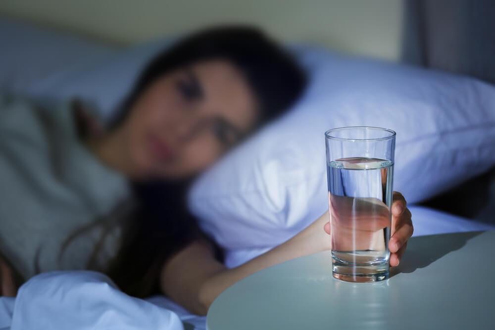 Почему нельзя пить воду, которую оставляют на ночь