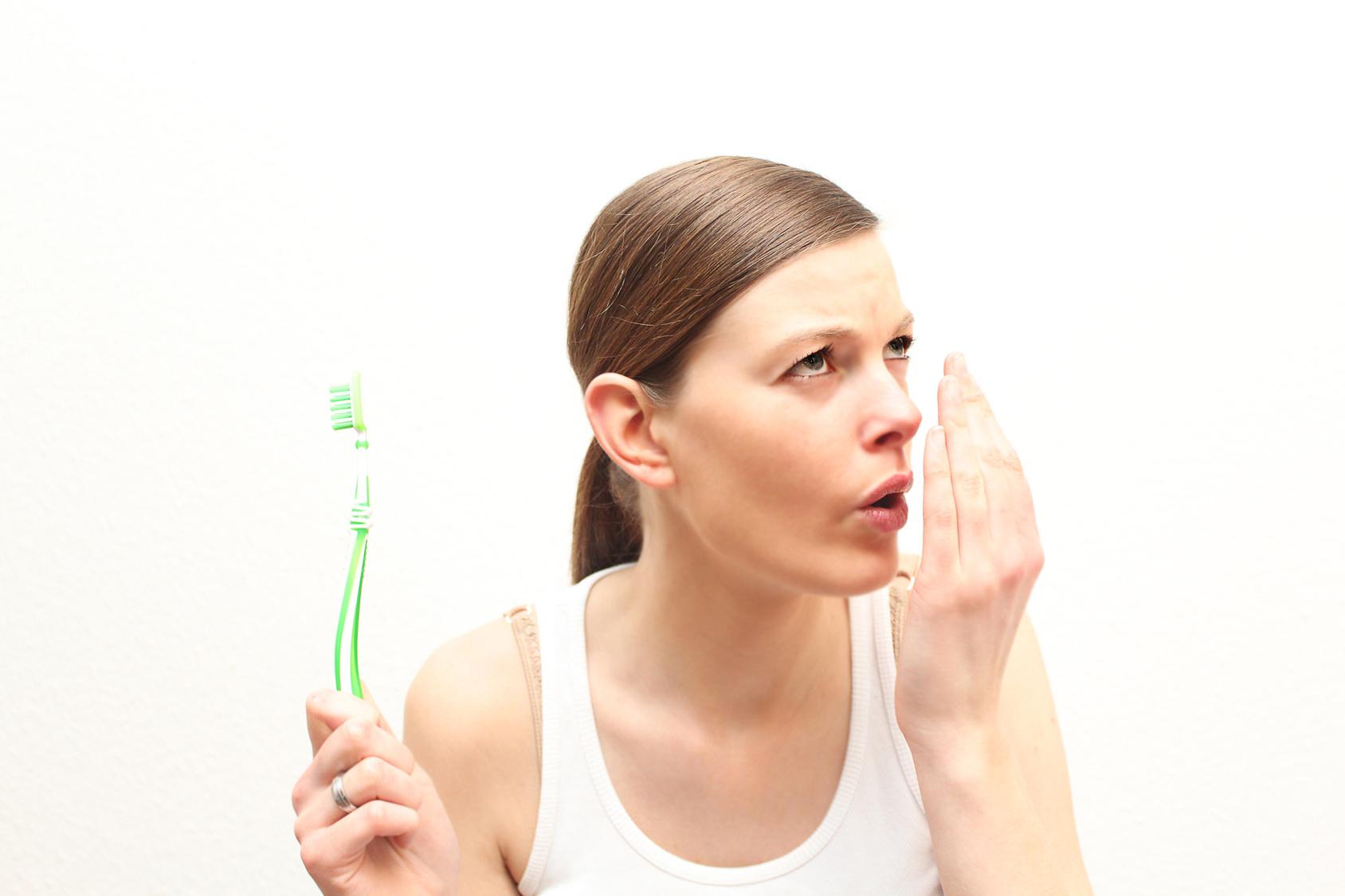 О чем предупреждает запах изо рта
