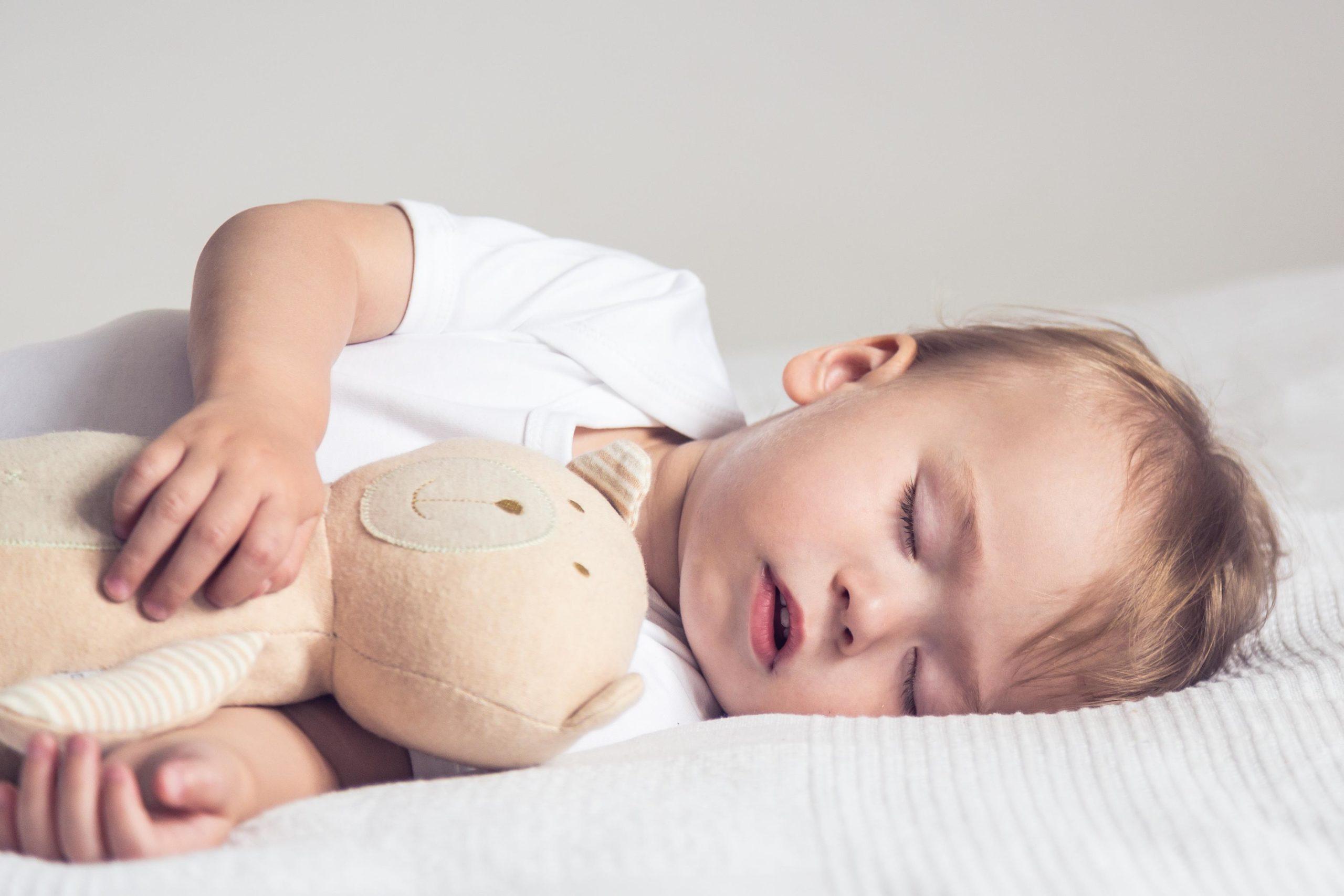 Почему ребёнок скрипит зубами во сне?