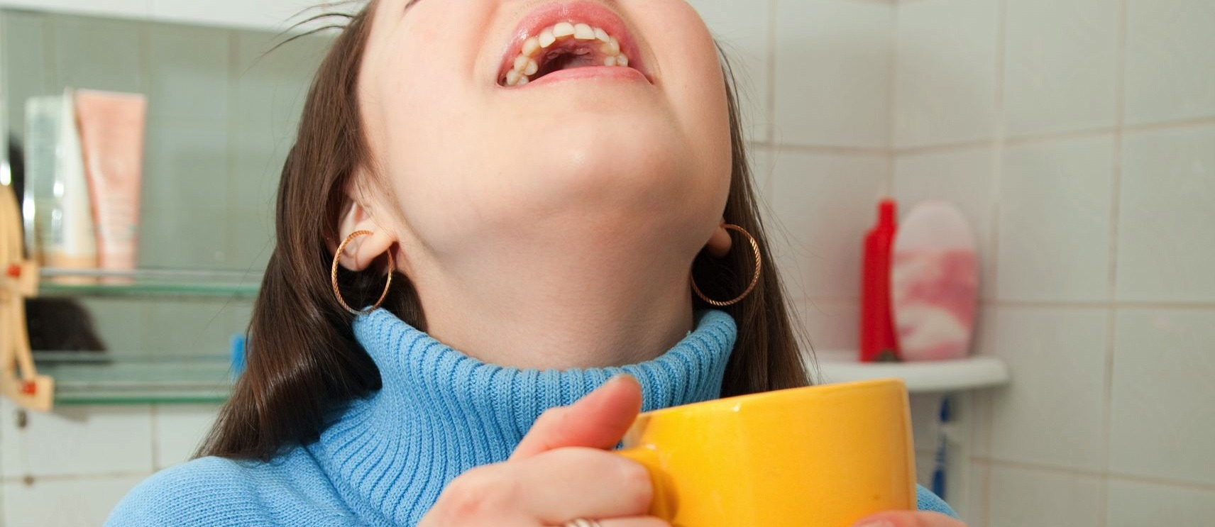 Помогает ли полоскание горла соленой водой?