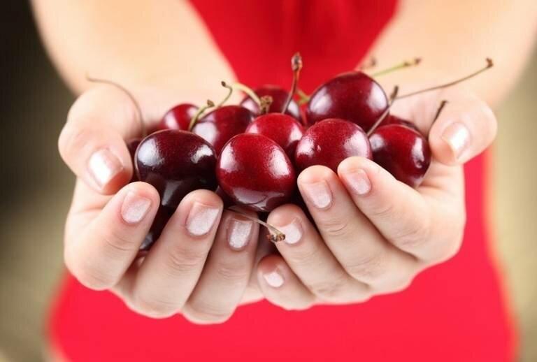 Вредно ли глотать вишневые косточки?