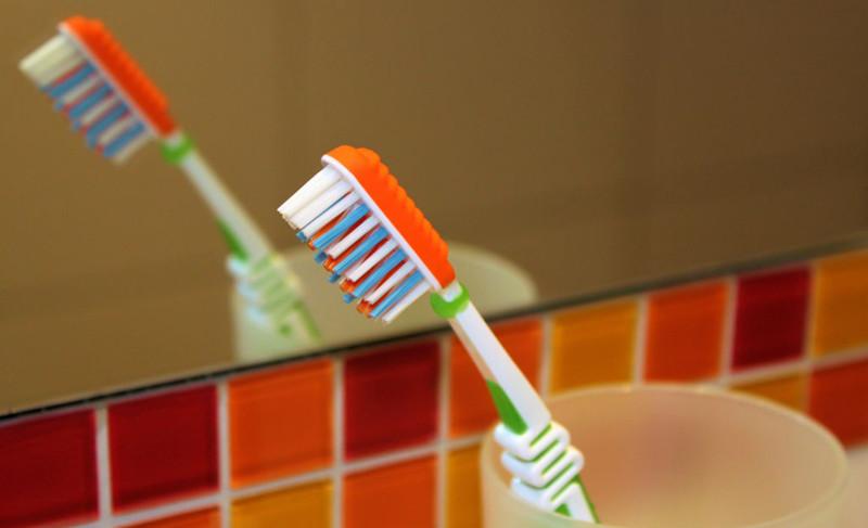 Почему нельзя хранить зубную щетку в открытом пространстве?