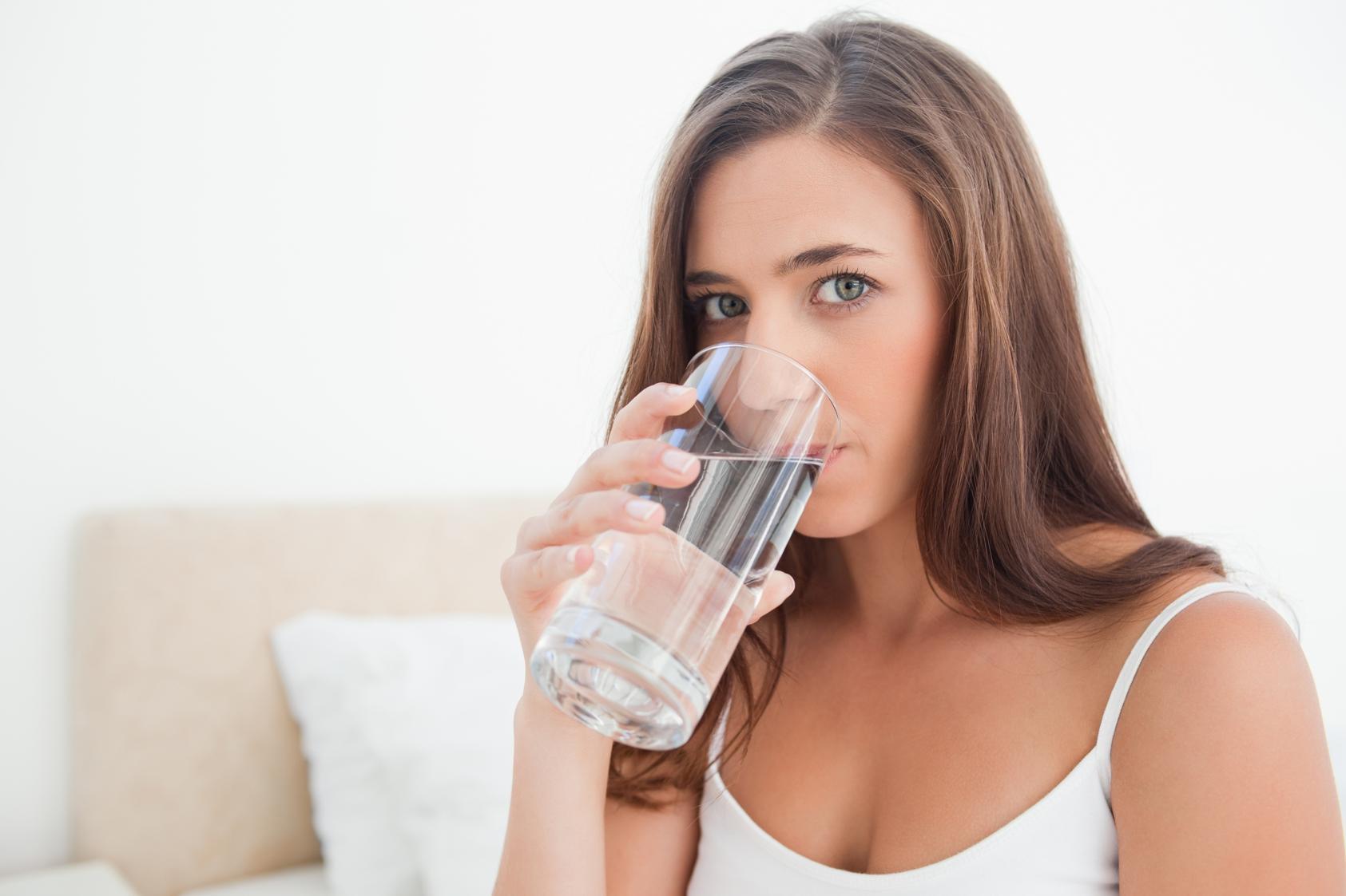 Почему полезно пить воду натощак?