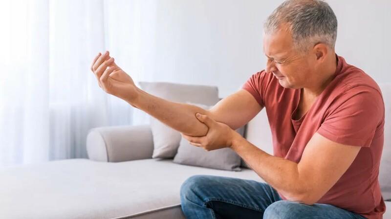 Почему удар локтем отдает сильной болью, похожей на разряд тока