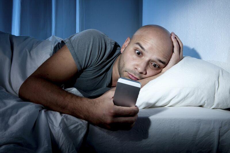 Почему нельзя спать с телефоном под подушкой